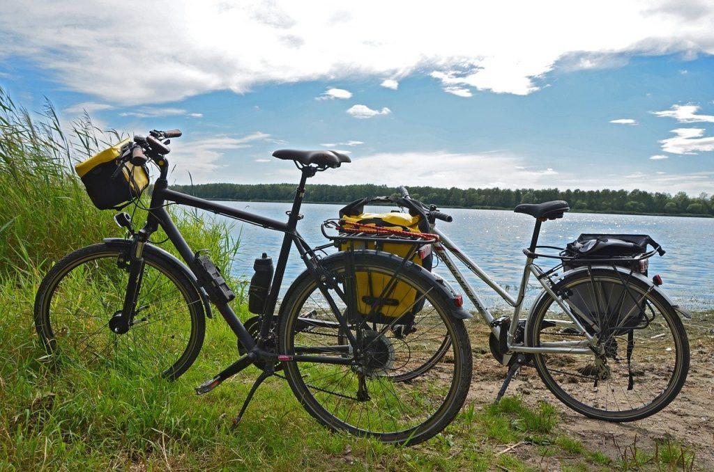 vélos au bord de l'eau du camping en Vendée